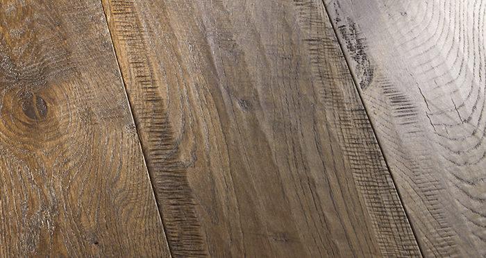 Old Castle Oak Lacquered Engineered Wood Flooring - Descriptive 2